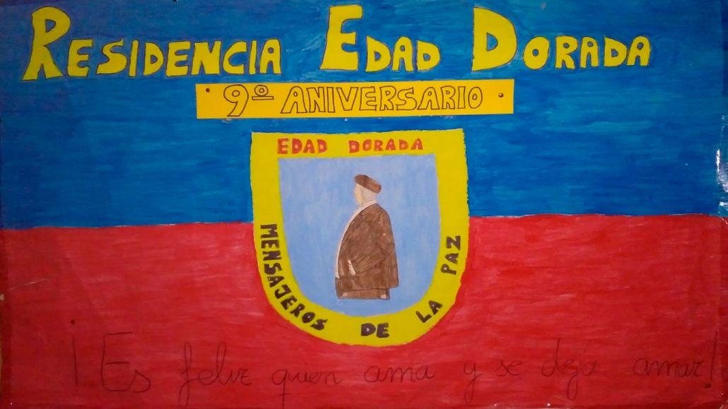 Bandera realizada por los residentes de la Residencia Edad Dorada en su IX aniversario: escudo de Edad Dorada Mensajeros de la Paz sobre la bandera de Medina Sidonia, con nuestro lema ¡ES FELIZ QUIEN AMA Y SE DEJA AMAR!