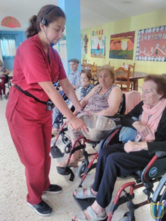 Terapeuta con residenta realizando rituales en San Juan